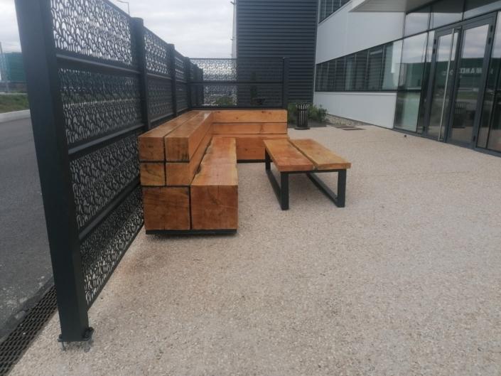 banc et table en bois et en métal