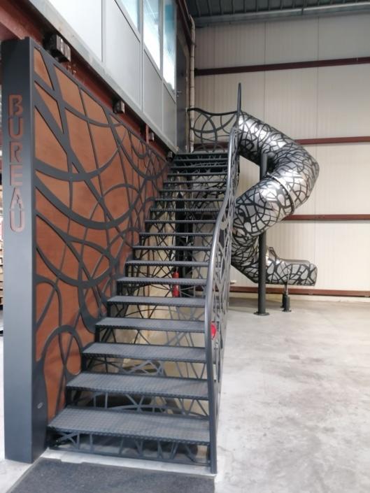 escalier droit en fer avec toboggan